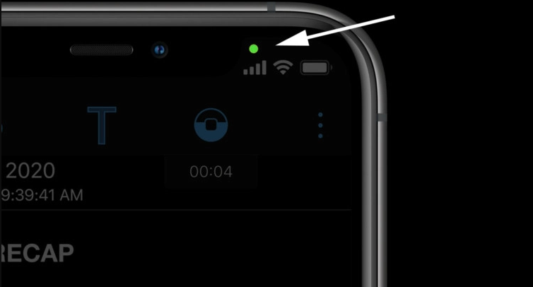 If you have updated to the new version of iOS 14, you may have noticed a bright green LED above the screen. It's not a cause for panic, quite the opposite. It seems that Apple has implemented a feature that notifies you when an application uses your phone's front camera. With the update to iOS 14, you will be able to see this LED. If it is green, it means that the application